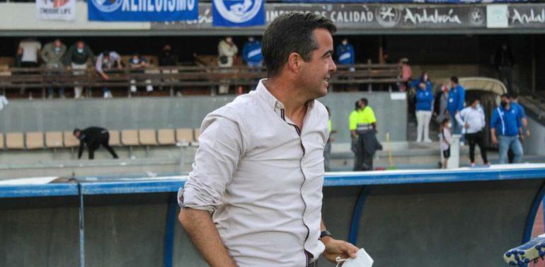 """Pérez Herrera, entrenador del Xerez DFC, alaba el gran esfuerzo de su equipo: """"Tenemos que tener ese equilibrio emocional de saber estar porque esta victoria nos ha dado la oportunidad de tener tres bolas de partido para conseguir el objetivo"""""""