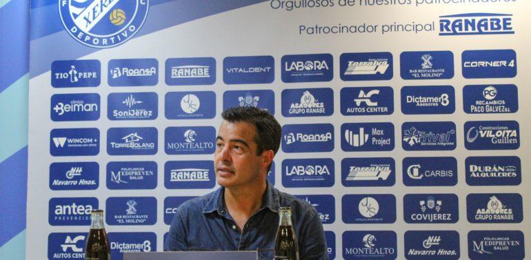 """Pérez Herrera, entrenador del Xerez Deportivo FC, se siente orgulloso de su equipo tras el empate frente al San Roque: """"Esperamos poder cumplir el objetivo en Puente Genil pero hoy hay que celebrar el punto"""""""