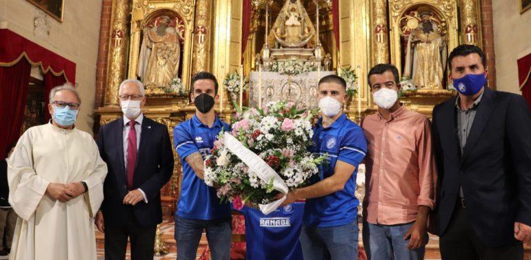 El Xerez Deportivo FC realiza una ofrenda floral a la Patrona de Jerez por el ascenso