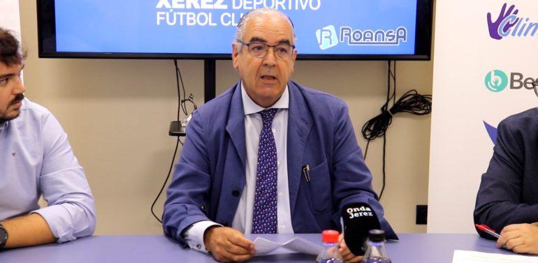 Ignacio de la Calle invita a Rafael Verdú, Presidente de Honor del Xerez CD SAD, para que haga el saque de honor en el amistoso del Xerez DFC frente al Real Madrid Castilla