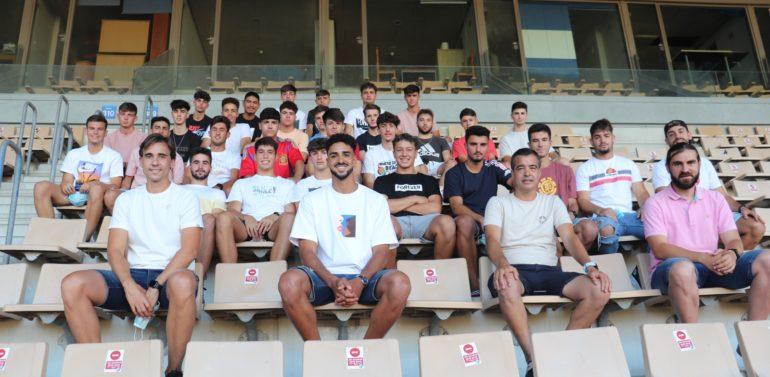 El jugador del Lugo, Chris Ramos, visita a los jugadores del Xerez DFC B y del Juvenil de la mano de Pérez Herrera para contar su experiencia