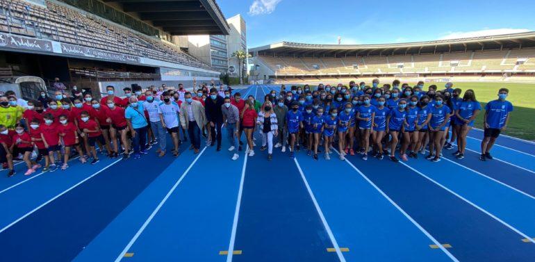 Las pistas de atletismo de Chapín ya lucen su nuevo tartán azul