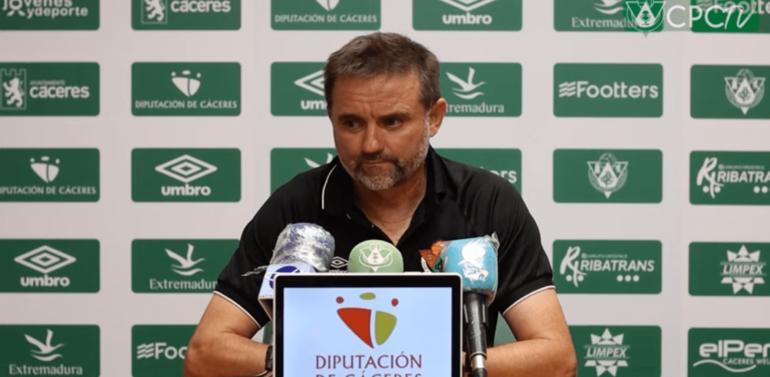 """Julio Cobos, técnico del CP Cacereño tras ganar al Xerez Deportivo: """"Jugar contra 10 no es fácil"""""""